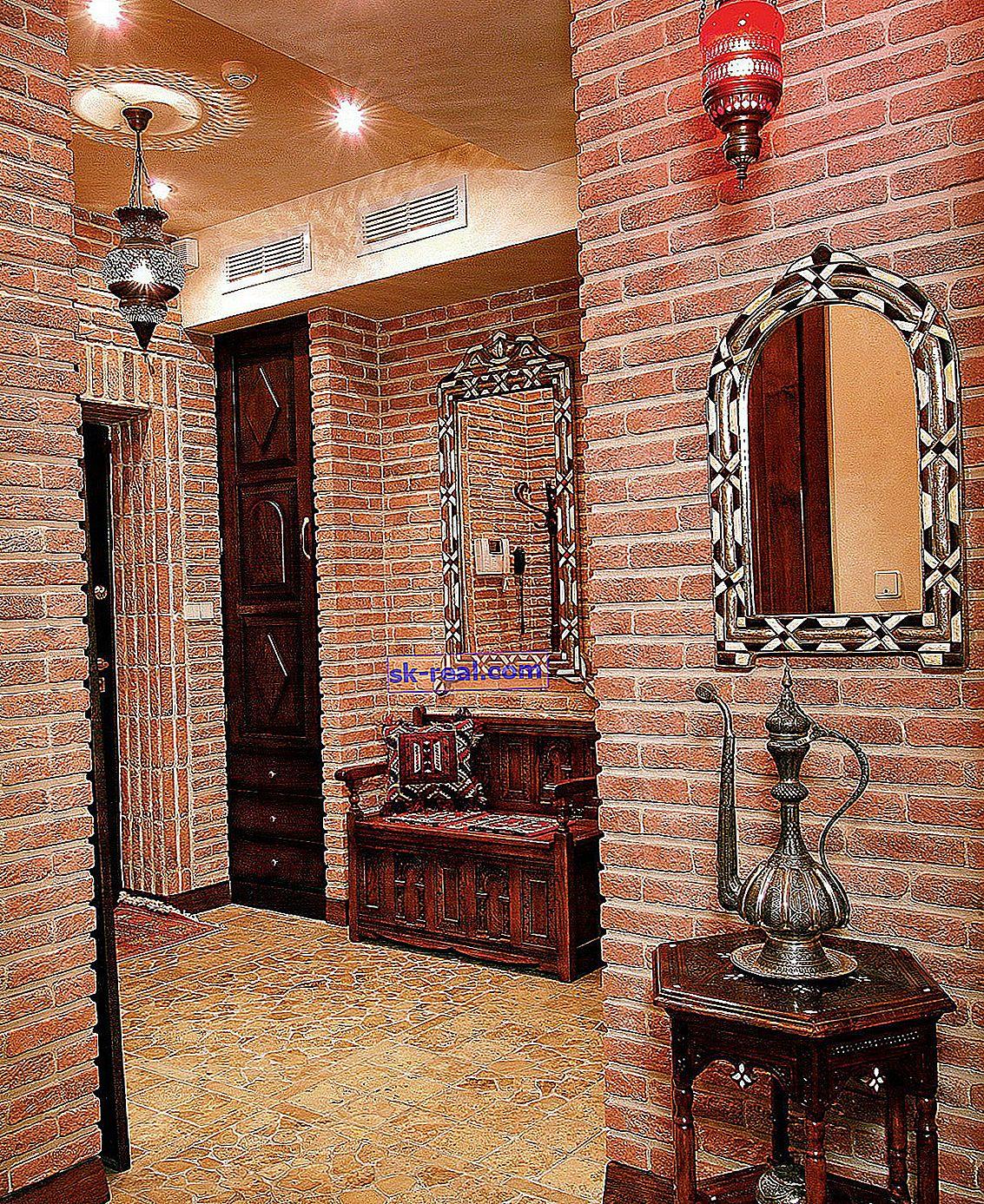 Декоративні цеглинки в інтер'єрі коридору